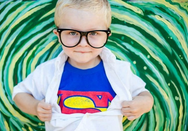 A internet criou desenhos criativos  de super heróis para apoiar  este garotinho com câncer