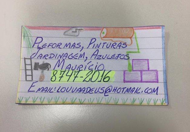 Sem dinheiro para um cartão  de visitas, ele decidiu fazer um  à mão e quebrou a internet