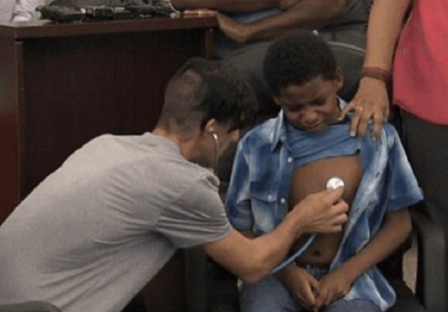 O momento em que pais conhecem o menino que ajudaram a salvar com transplante de coração de sua filha