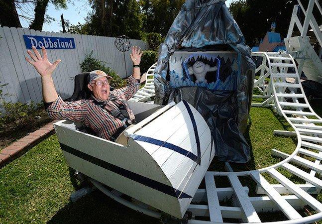 Avô cria maravilhoso parque de diversões no quintal para divertir seus netos