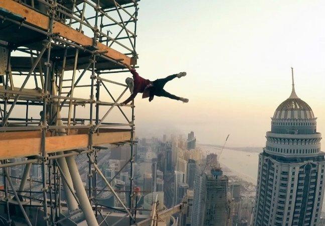 Exploradores urbanos escalam até o mais alto dos prédios para observar cidades por ângulos diferentes