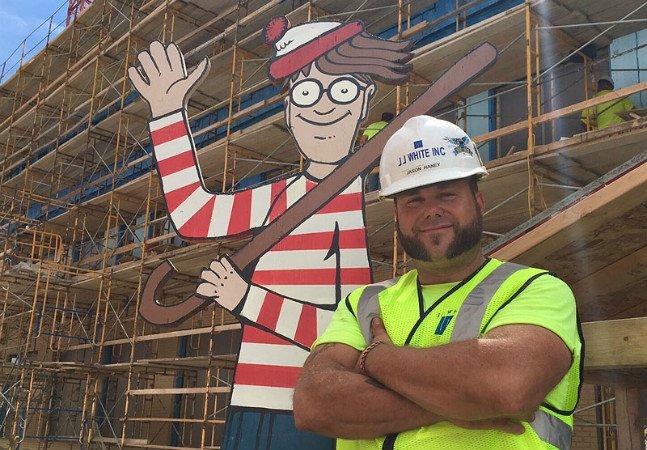 Homem esconde Wally em tamanho real em construção pra animar crianças do hospital ao lado