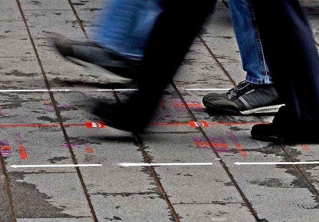 Liverpool se torna primeira cidade  do mundo a ter calçada para pedestres  que querem andar mais rápido