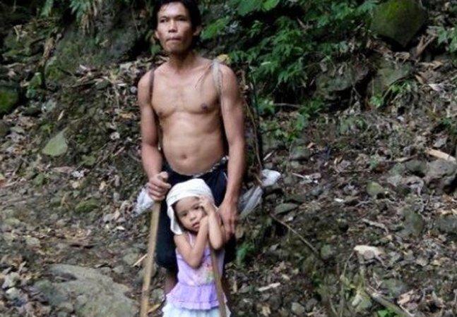 Vídeo tocante mostra menina de 5 anos guiando seu pai com deficiência visual para o trabalho
