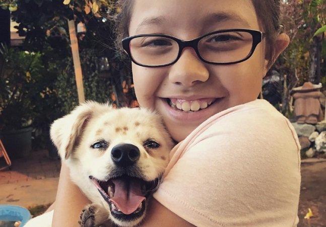 Menina com deficiência auditiva ensina língua de sinais para seu cãozinho surdo