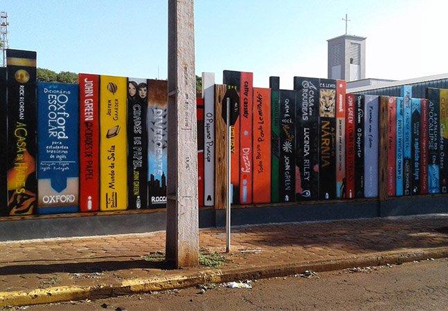 Colégio aposta na criatividade e cria muro em forma de livros no Paraná