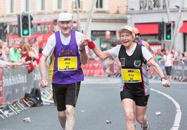 Esse casal de 80 anos correu de mãos dadas sua última maratona pra celebrar o amor que os une