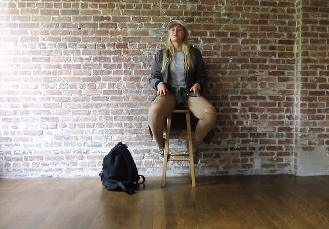 Modelo tira a roupa em  vídeo poderoso pra protestar contra a indústria da moda
