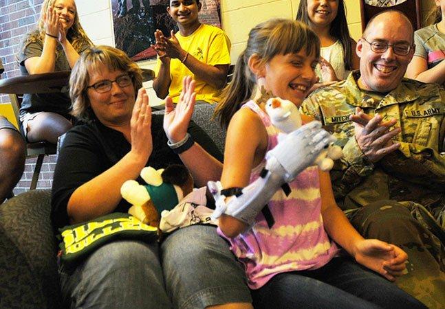 Estes estudantes se uniram para criar uma prótese maravilhosa para esta menina de 9 anos
