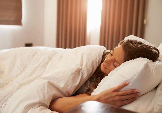 Mulheres precisam dormir  mais porque seus cérebros são  mais complexos, diz estudo
