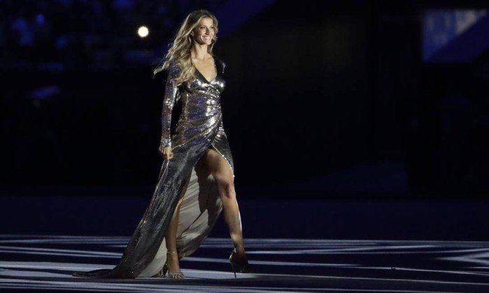 60325854_Model-Gisele-Bundchen-walks-on-stage-as-27The-Girl-from-Ipanema27-during-the-opening-ceremony