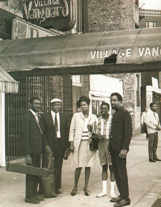 A banda de Coltrane, com Alice, em frente ao lendário Village Vanguard, em NY