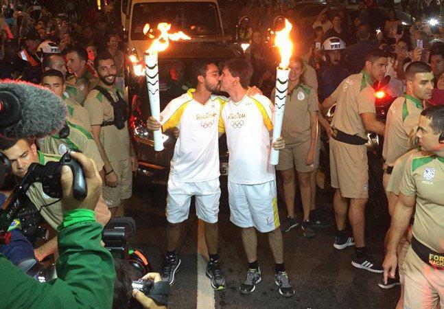 Beijo gay no revezamento da  tocha espalha amor pelos  quatro cantos do mundo