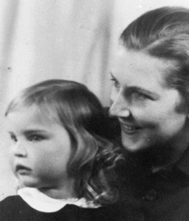Elke, ainda criança, no colo de sua mãe