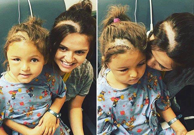 Mãe raspa o cabelo como a filha para melhorar autoestima da garota após cirurgia no cérebro