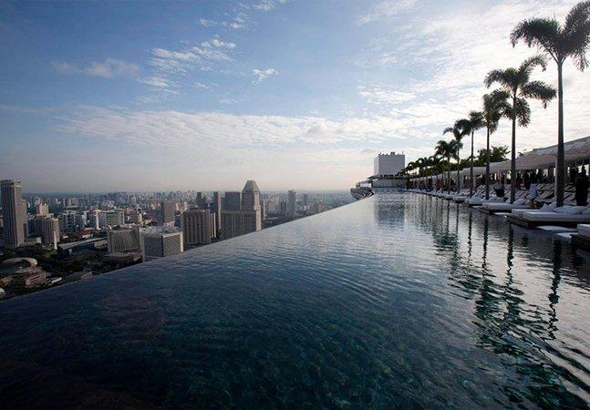 A maior piscina infinita do mundo fica no 57º andar de um prédio e sua vista é imperdível