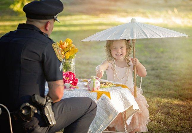 A maravilhosa festa do chá de uma menina de 2 anos com o policial que salvou sua vida
