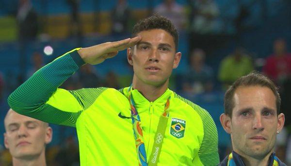 Thiago-Braz-consola-atleta-frances-Lavillenie-apos-vaia-durante-premiacao-1-600x342
