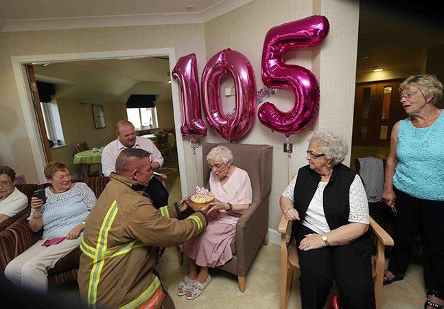 A linda festa de 105 anos desta vovó – e o seu presente de aniversário inusitado
