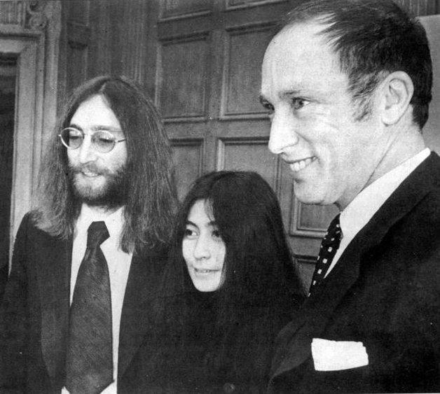 Acima: Pierre Trudeau, pai de Justin, praticando a posição do pavão; abaixo, ele recebendo John Lennon e Yoko Ono durante a campanha do casal pela paz, em 1969