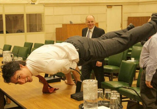 Primeiro ministro do Canadá  pratica yoga e diz: 'É um movimento  social para o bem do ser humano'