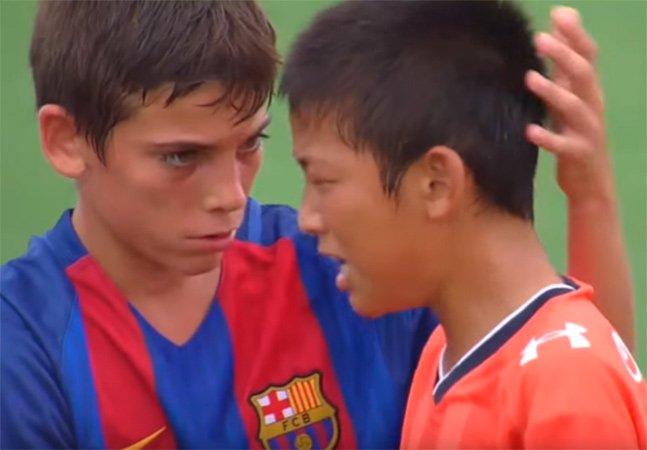 O momento em que as crianças do Barcelona consolam seus rivais derrotados foi um dos mais bonitos da semana