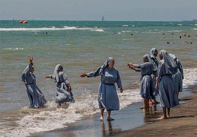 Muçulmano tira foto de freiras na praia para defender o uso do 'burquini' e causa polêmica nas redes