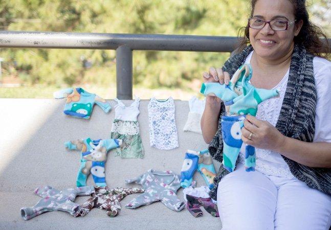 Como as lojas não vendem, ela decidiu ajudar pais com bebê prematuros costurando roupinhas pra eles em SP
