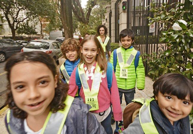 Carona a pé: crianças criam grupo para ir caminhando juntas e com segurança até a escola