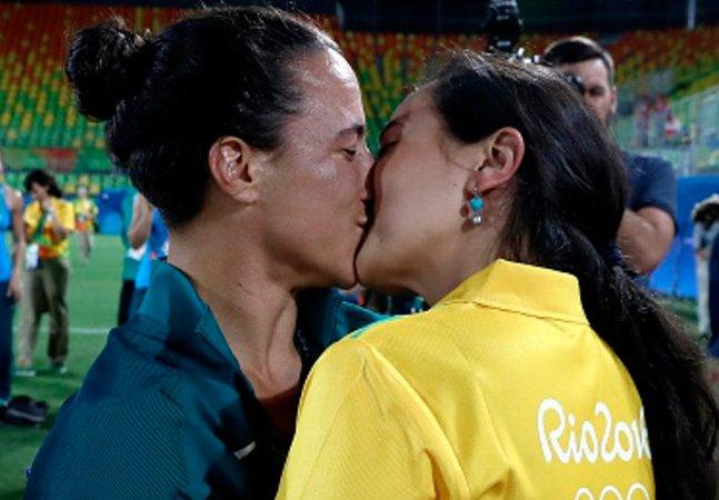 Jogadora de rúgbi aceita pedido de casamento de voluntária durante premiação dos Jogos