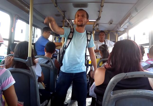 Professor de história desempregado surpreende ao fazer do ônibus a sua sala de aula em Belém do Pará