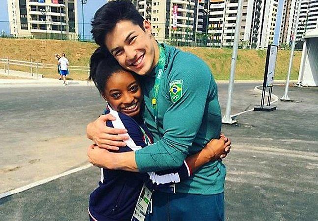 Depois de episódio de racismo, atleta posa abraçado com colega negra e  causa polêmica nas redes sociais