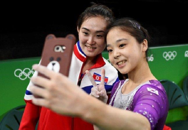 Ginastas da Coreia do Norte e do Sul tiram selfie juntas e dão aula de diplomacia durante as Olimpíadas