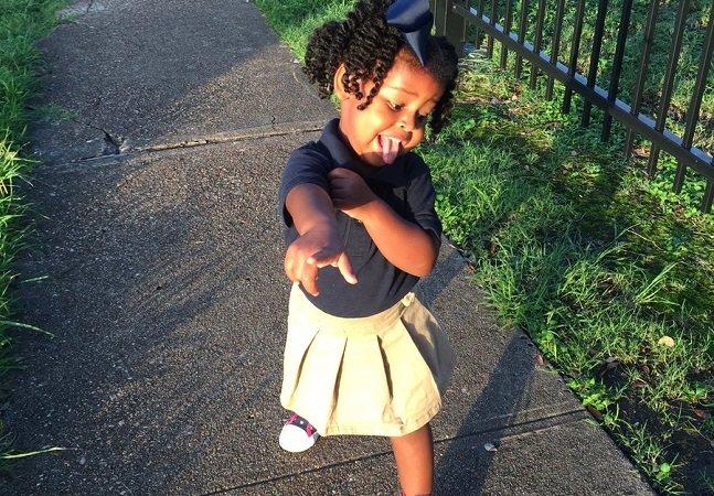 A menina de 2 anos que está conquistando a internet com seu entusiasmo pra ir pro colégio