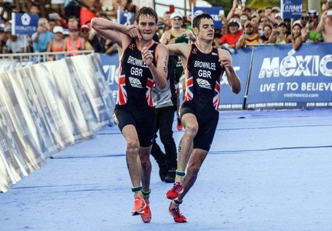 Atleta perde a chance de ganhar o ouro para ajudar seu irmão que perdeu as forças a terminar a corrida