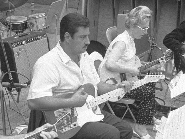 O guitarrista Tommy Tedesco com Carol