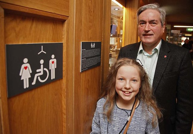 Menina de 10 anos cria sinal de banheiro para pessoas com deficiências não visíveis