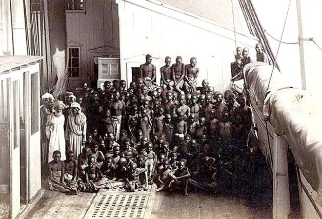 A única foto que se tem notícia de um navio negreiro, tirada por Marc Ferrez