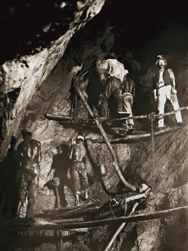 Escravos trabalhando em Minas, em rara foto da época