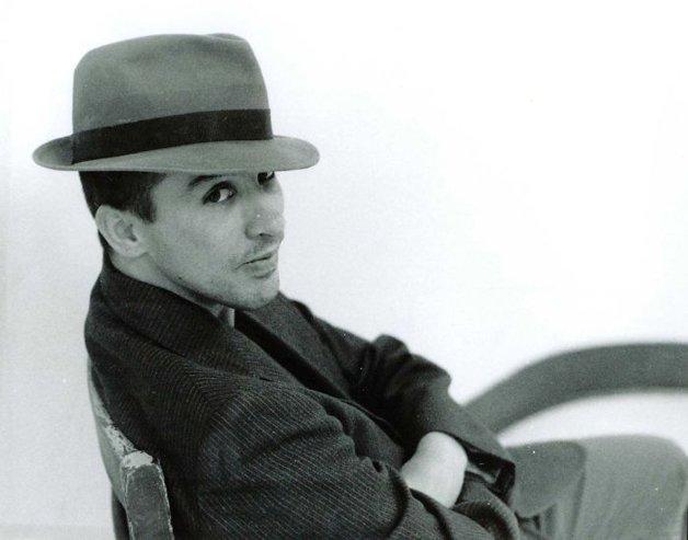 2002 - De terno e chapéu