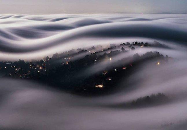 Fotografia de longa exposição capta a beleza da lua cheia iluminando as nuvens da Califórnia