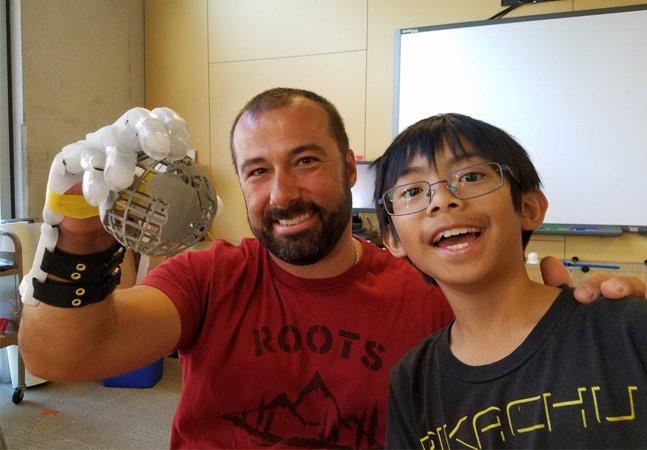 Garoto de 9 anos cria prótese em 3D para o braço de seu professor