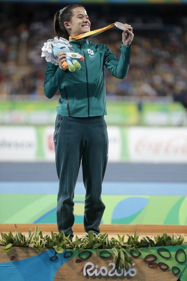 A brasileira Veronica Hipolito feliz com sua medalha e seu mascote de prata