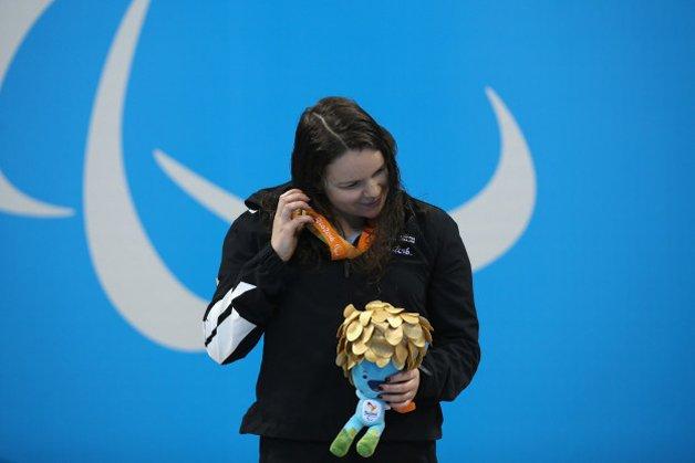 a neozelandesa Mary Fisher ouvindo sua medalha de ouro dos 100ms nado costa © Friedemann Vogel / Getty Images