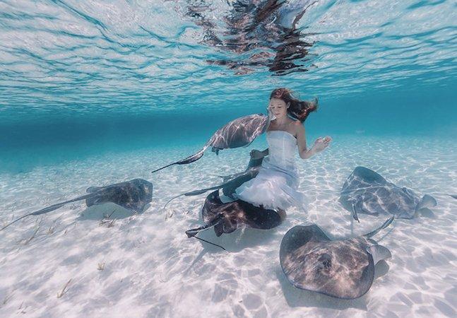 Mãe fotógrafa capta toda a delicadeza da relação de sua filha com o mar