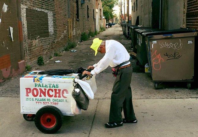Foto de senhor de 89 anos vendendo picolé comove e vira movimento emocionante na internet