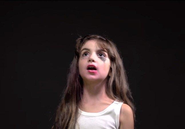 'Eu sou feia': blogger cria vídeo viral falando com sua versão infantil sobre sua aparência
