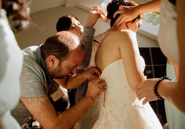 Refugiado sírio conserta vestido de noiva que teve o zíper quebrado no próprio dia e salva a cerimônia