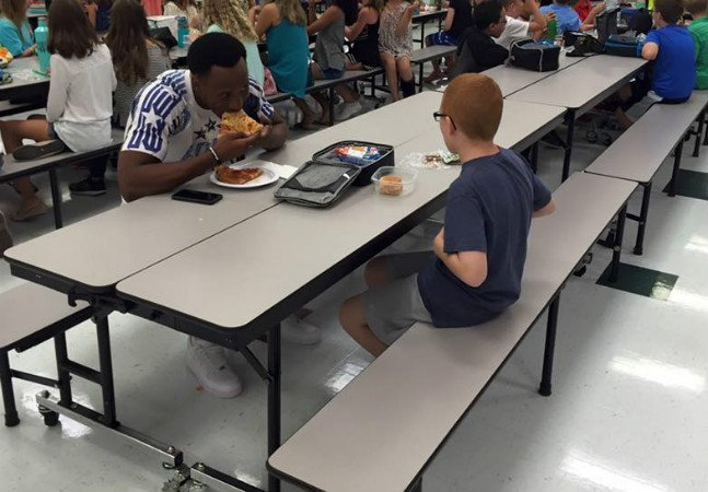 Atleta tem gesto lindo ao dividir a mesa com menino autista que almoça quase sempre sozinho