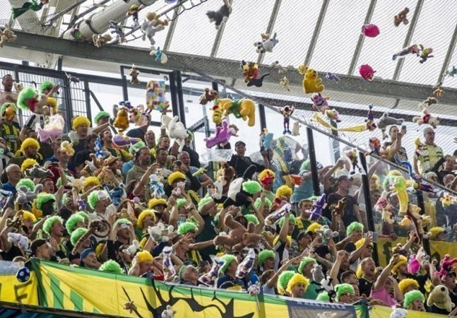 Torcedores holandeses fazem chover bichinhos de pelúcia para crianças doentes durante jogo de futebol